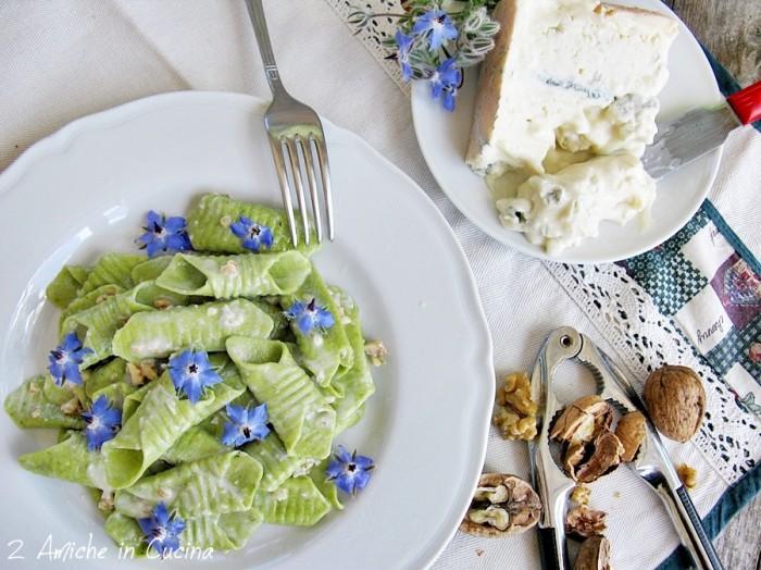 Graganelli alla borragine con Gorgonzola, noci e fiori di
